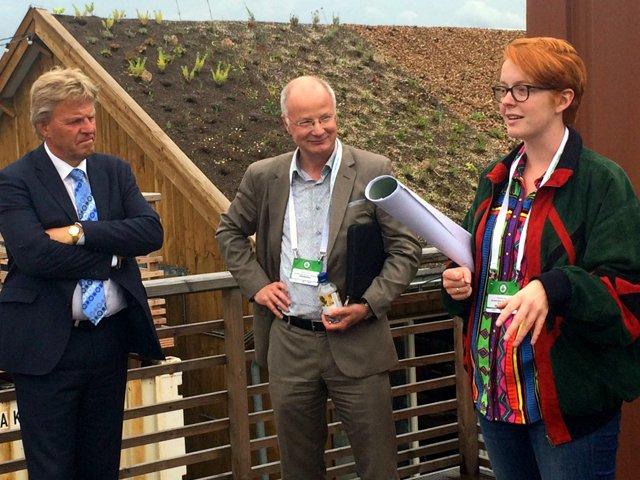 Gedeputeerde Jaap Bond (links), Niek Persoon (Amsterdam Green Campus (midden) en Claudia Rot (rechts) bij Startup Village